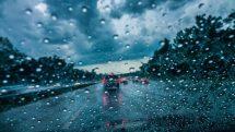 trânsito em dias de chuva